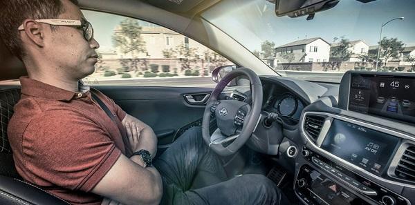 السيارات ذاتية القيادة وخدمة ليموزين المطار